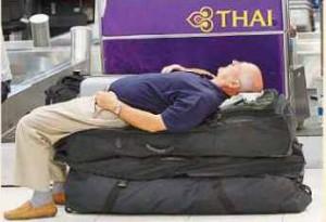 Para turis asing terbengkalai di bandara