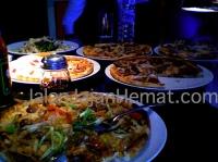 Pesanan brutal, 6 loyang pizza dan 2 pasta untuk dine-in 2 orang :)