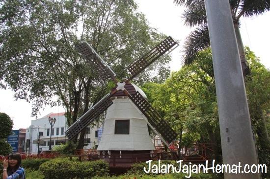 Kincir Angin di Taman