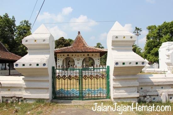 Gerbang depan Keraton Kanoman
