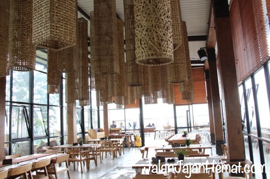 Suasana di dalam Cafe Burangrang