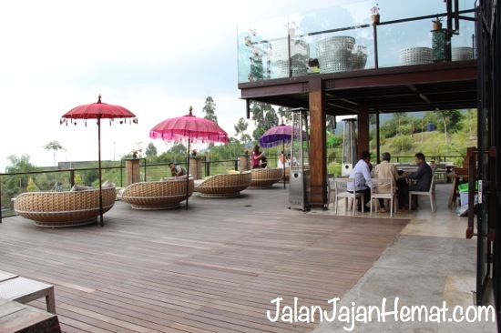 Suasana di area terbuka Cafe Burangrang