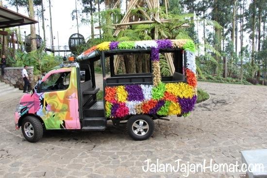 Mobil pengantar berwarna-warni