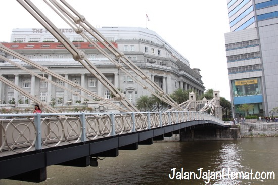 "Jembatan ""Cavenagh Bridge"""