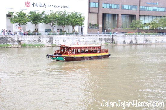 Singapore River Explorer menyusuri sungai