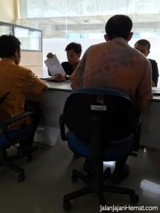 Petugas pengambilan paspor