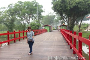 Jembatan masuk berwarna merah lambang keberuntungan & kesuksesan