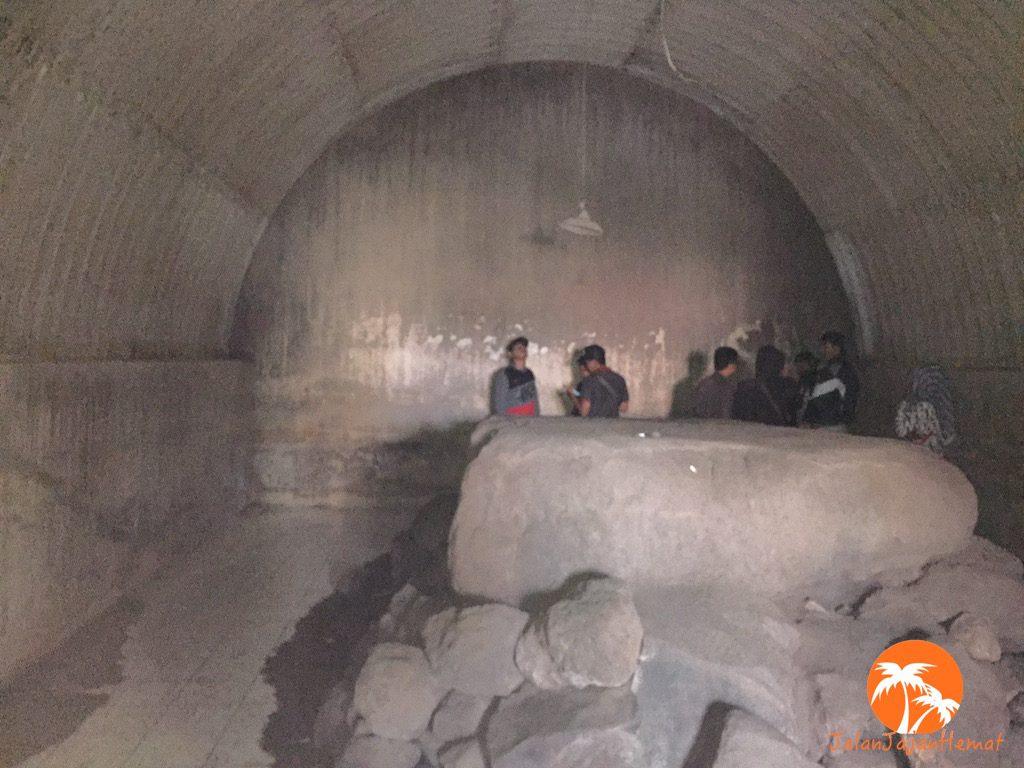 Di dalam bunker