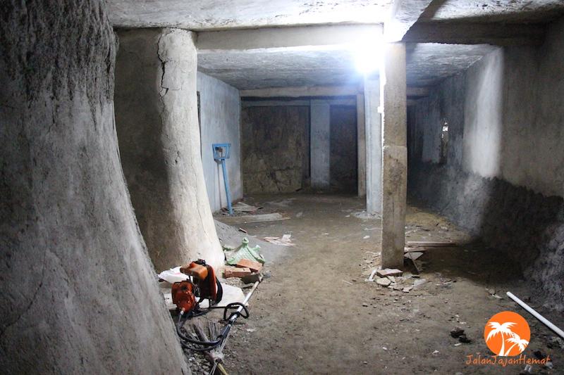 Ruang bawah dengan beberapa bilik doa