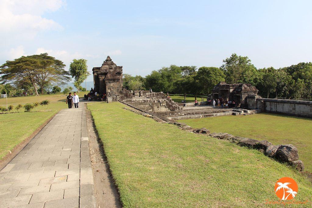 Jalan setapak mengelilingi area situs Ratu Boko