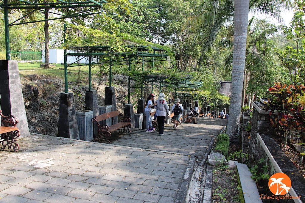 Deretan anak tangga menuju Istana Ratu Boko